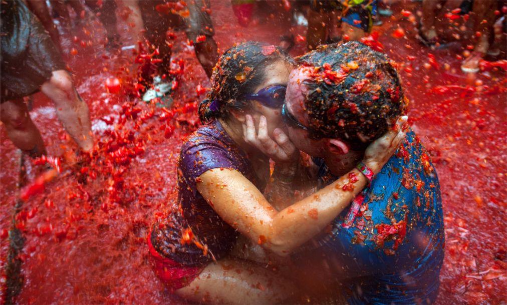 ФЕСТИВАЛЬ «ТОМАТИНА» В БУНЬОЛЕ http://travelcalendar.ru/wp-content/uploads/2015/03/FESTIVAL-TOMATINA-V-BUNOLE_glav3.jpg