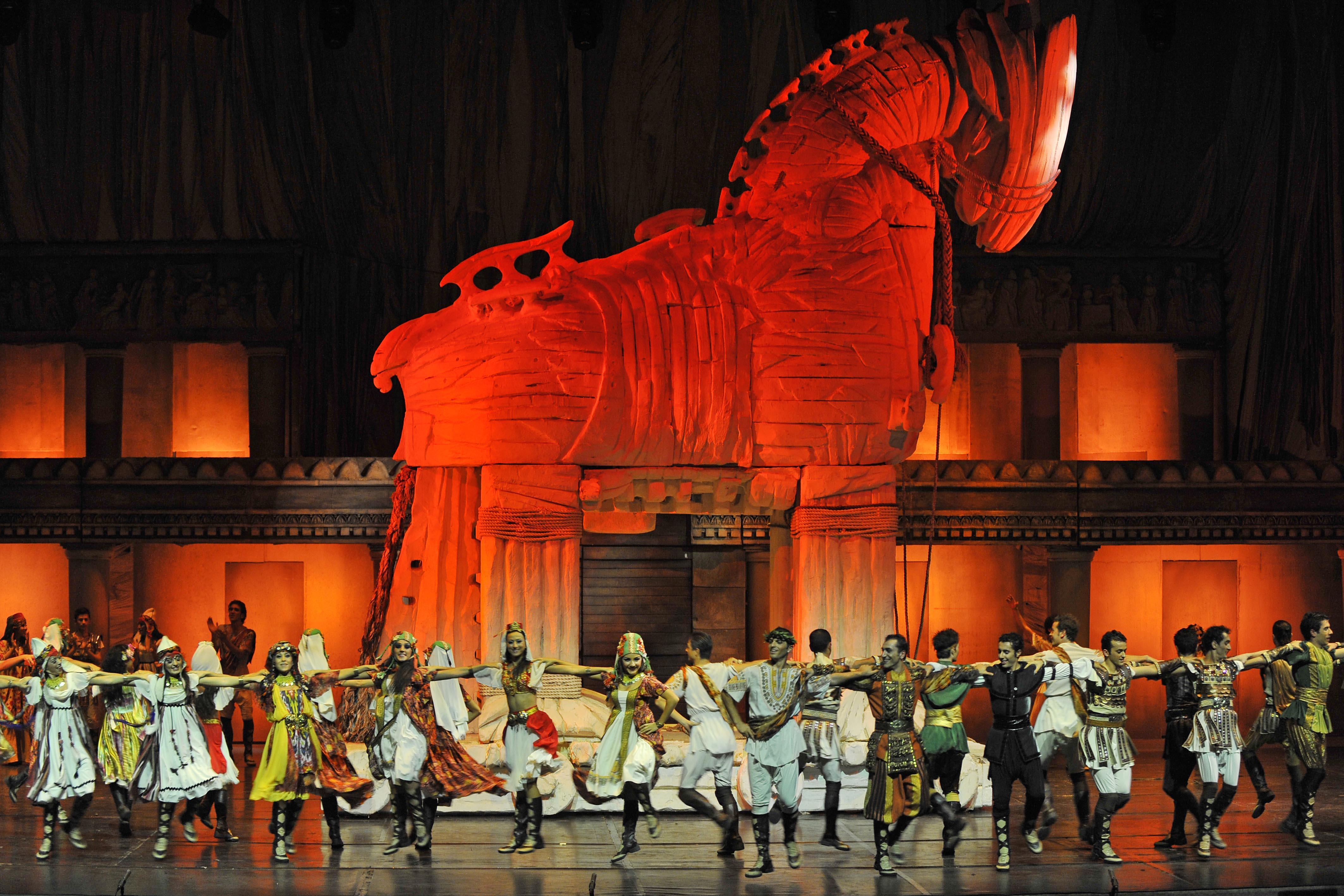 Танцевальное шоу «Огни Анатолии» в Турции http://travelcalendar.ru/wp-content/uploads/2015/05/TROYA_0451.jpg