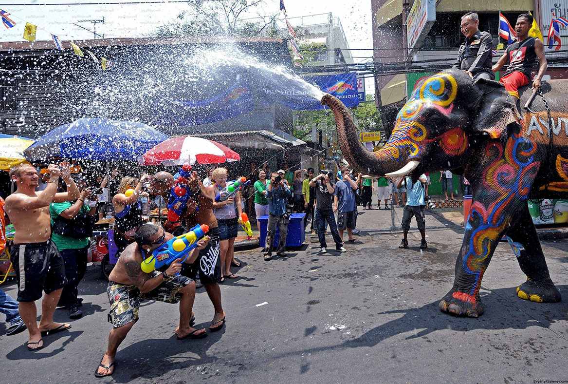 Тайский новый год - Сонгкран http://travelcalendar.ru/wp-content/uploads/2015/06/Tajskij-novyj-god-Songkran3.jpg