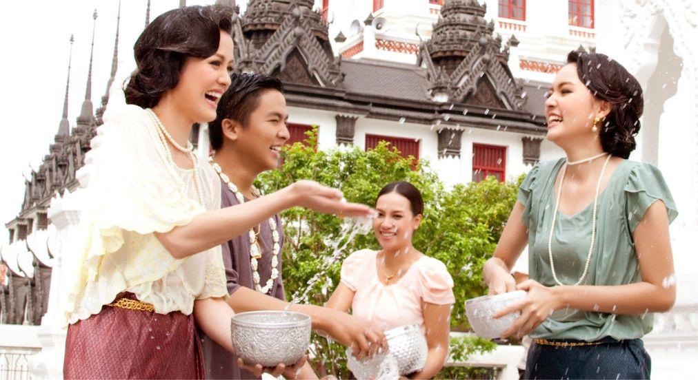 Тайский новый год - Сонгкран http://travelcalendar.ru/wp-content/uploads/2015/06/Tajskij-novyj-god-Songkran_glav1.jpg