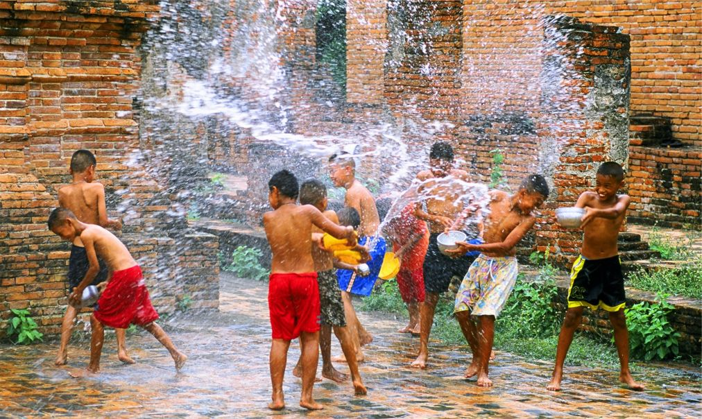 Тайский новый год - Сонгкран http://travelcalendar.ru/wp-content/uploads/2015/06/Tajskij-novyj-god-Songkran_glav2.jpg