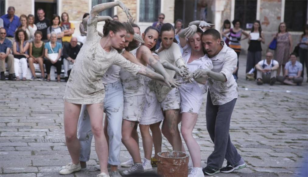 Венецианская биеннале http://travelcalendar.ru/wp-content/uploads/2015/07/Venetsianskaya-biennale_glav1.jpg