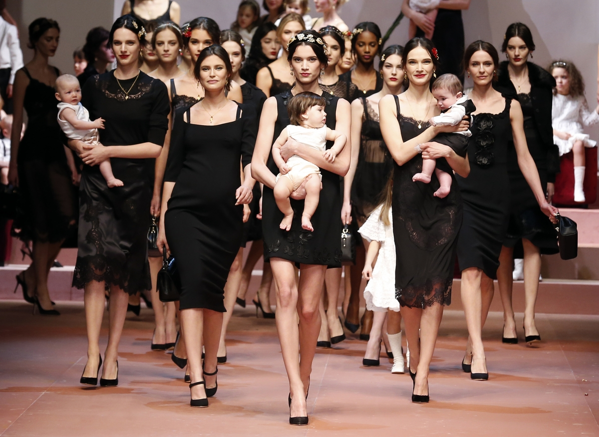 Неделя моды в Милане http://travelcalendar.ru/wp-content/uploads/2015/07/milan-fashion-week-2015-pregnant-models-walks-ramp-dolce-gabbana.jpg