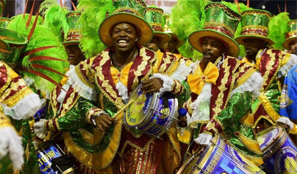 Карнавал в Рио-де-Жанейро http://travelcalendar.ru/wp-content/uploads/2015/08/Karnaval-v-Rio-de-ZHanejro_glav7.jpg