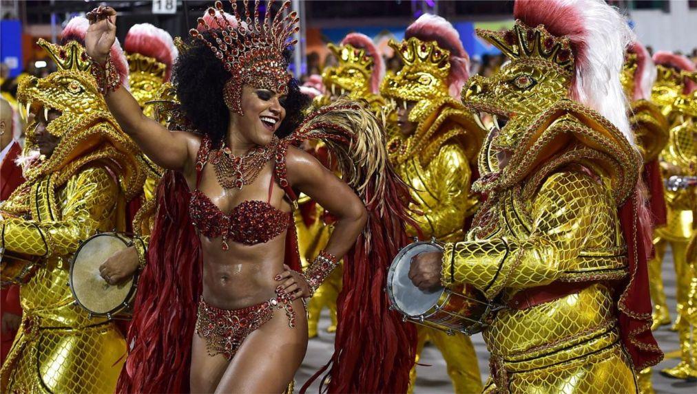 Карнавал в Рио-де-Жанейро http://travelcalendar.ru/wp-content/uploads/2015/08/Karnaval-v-Rio-de-ZHanejro_glav8.jpg