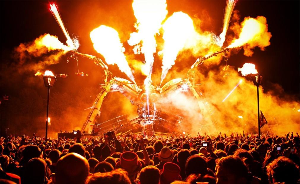 Музыкальный фестиваль «Гластонбери» в Сомерсетшире http://travelcalendar.ru/wp-content/uploads/2015/08/Muzykalnyj-festival-Glastonberi-v-Somersetshire_glavn4.jpg