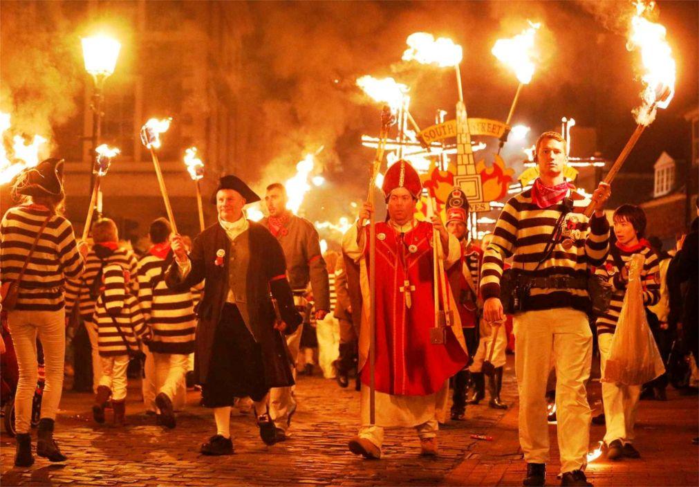 Ночь Гая Фокса в Льюисе http://travelcalendar.ru/wp-content/uploads/2015/08/Noch-Gaya-Foksa-v-Lyuise_glavn2.jpg