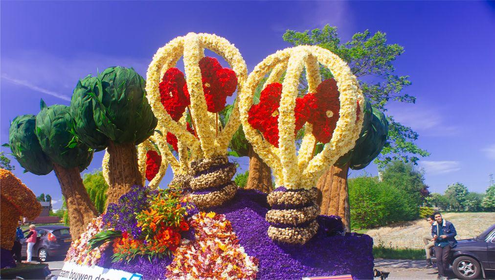 Парад цветов Bollenstreek в Нидерландах http://travelcalendar.ru/wp-content/uploads/2015/08/PARAD-TSVETOV-V-NIDERLANDAH_glav4.jpg