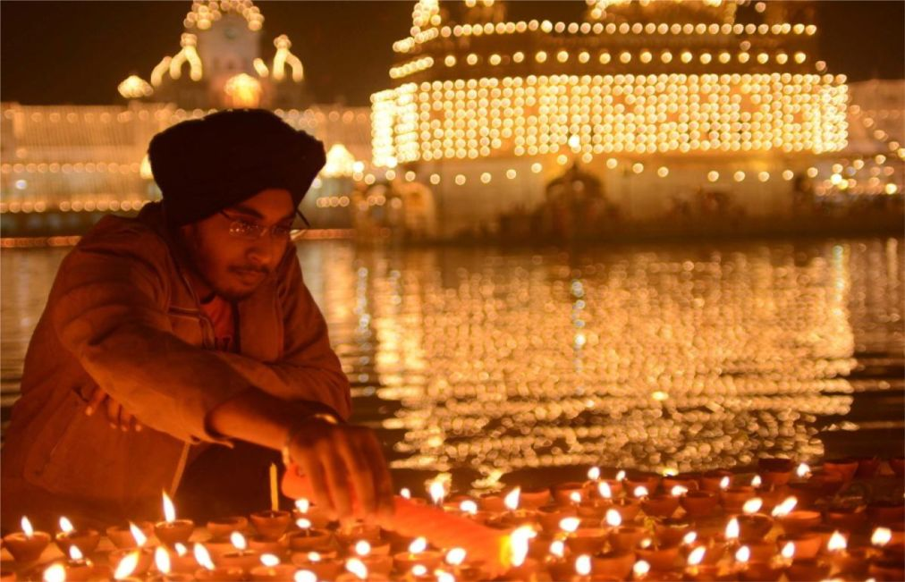 Праздник Дивали в Индии http://travelcalendar.ru/wp-content/uploads/2015/08/Prazdnik-Divali-v-Indii_glav.jpg