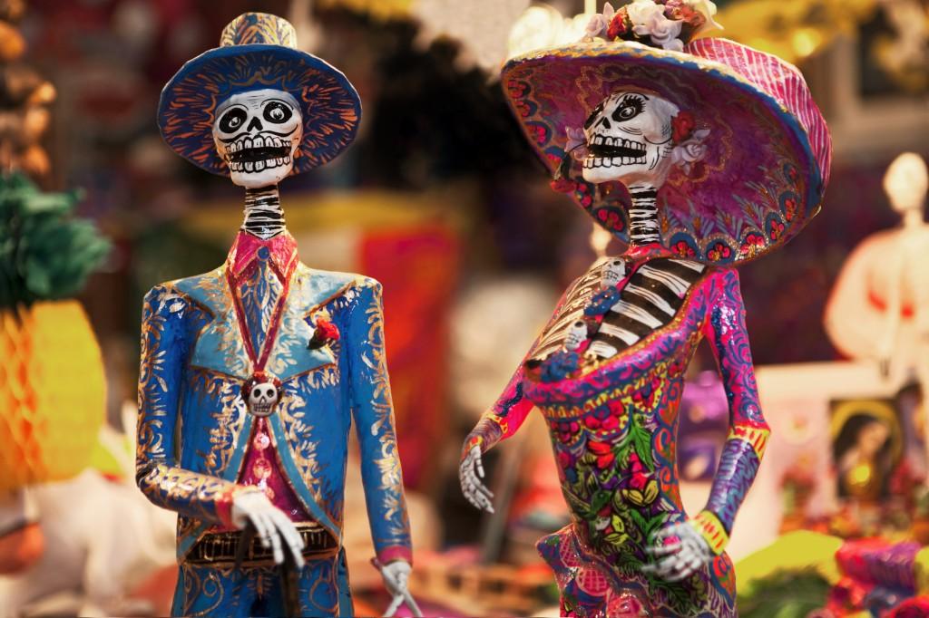 День Мёртвых в Мексике http://travelcalendar.ru/wp-content/uploads/2015/08/statues.jpg