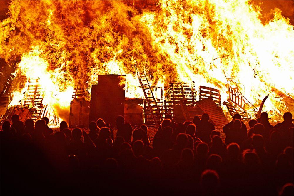 Фестиваль Горящих Бочек в Оттери http://travelcalendar.ru/wp-content/uploads/2015/09/Festival-Goryashhih-Bochek-v-Otteri_glav2.jpg