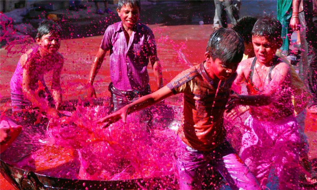 Фестиваль красок Холи в Индии http://travelcalendar.ru/wp-content/uploads/2015/09/Festival-krasok-Holi-v-Indii_glav5-1.jpg