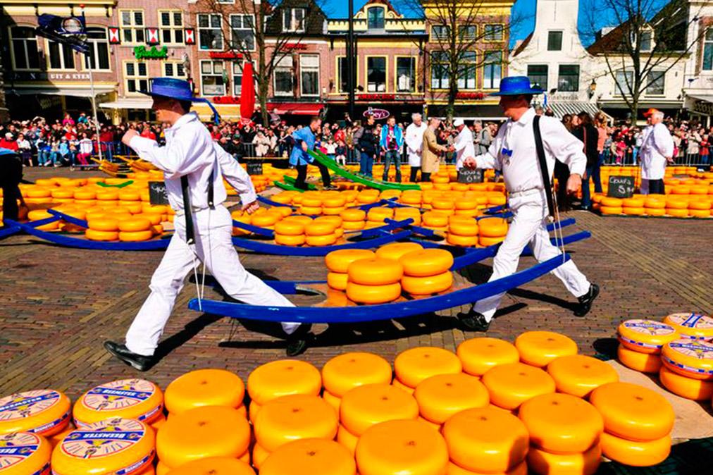 Рынок сыров в Алкмаре http://travelcalendar.ru/wp-content/uploads/2015/09/Rynok-syrov-v-Alkmare-shir.jpg