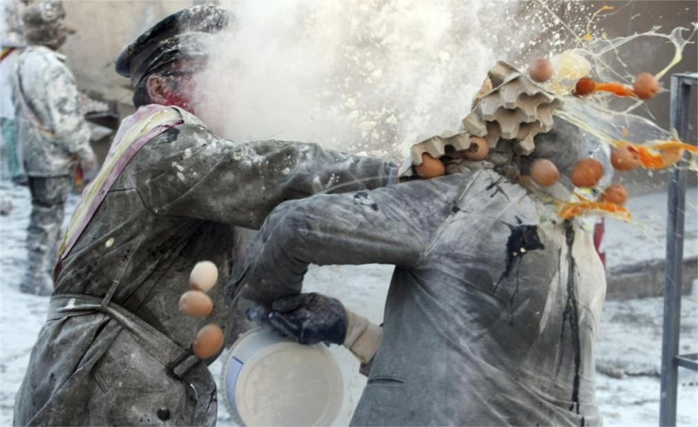 Битва яйцами и мукой в Иби http://travelcalendar.ru/wp-content/uploads/2015/10/Bitva-yajtsami-i-mukoj-v-Ibi_glav4.jpg