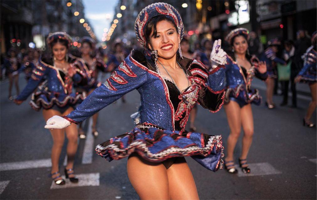 Карнавал в Барселоне http://travelcalendar.ru/wp-content/uploads/2015/10/Karnaval-v-Barselone_glav2.jpg