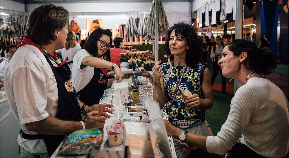 Фестиваль вина и гастрономии в Гонконге http://travelcalendar.ru/wp-content/uploads/2015/10/Mesyats-vina-i-gastronomii-v-Gonkonge_glav7.jpg