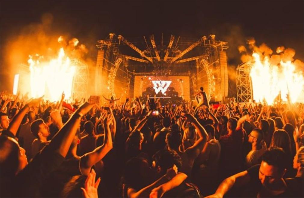 Музыкальный фестиваль «Рейв Мертвого моря – 424» http://travelcalendar.ru/wp-content/uploads/2015/10/Muzykalnyj-festival-Rejv-Mertvogo-morya-424-_glav1.jpg