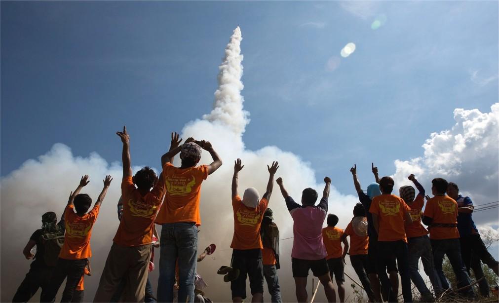 Фестиваль ракет «Бун Банг Фай» в Ясотоне http://travelcalendar.ru/wp-content/uploads/2015/11/Festival-raket-Bun-Bang-Faj-v-YAsotone_glavn2.jpg