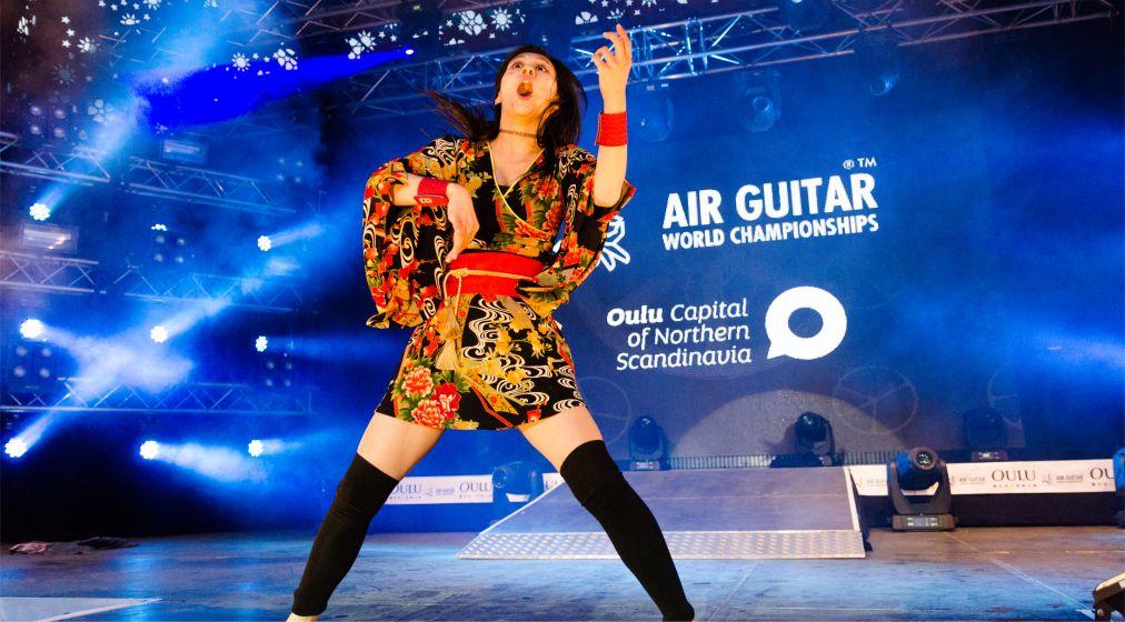Чемпионат мира по игре на воображаемой гитаре в Оулу http://travelcalendar.ru/wp-content/uploads/2015/12/CHempionat-mira-po-igre-na-voobrazhaemoj-gitare-v-Oulu_glav8.jpg