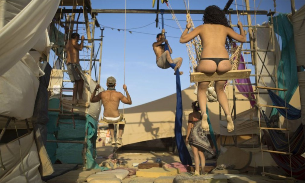 Фестиваль неформального самовыражения MidBurn в пустыне Негев http://travelcalendar.ru/wp-content/uploads/2015/12/Festival-neformalnogo-samovyrazheniya-MidBurn-v-pustyne-Negev_glavn1.jpg