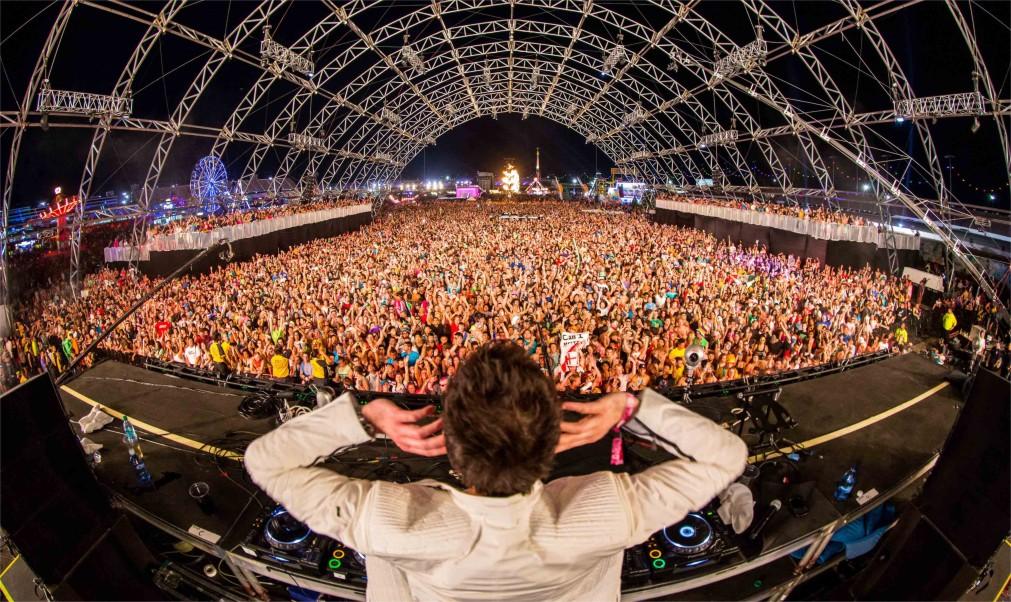 Музыкальный фестиваль «Electric Daisy Carnival» в Лас-Вегасе http://travelcalendar.ru/wp-content/uploads/2015/12/Muzykalnyj-festival-Electric-Daisy-Carnival-v-Las-Vegase_glavn2.jpg