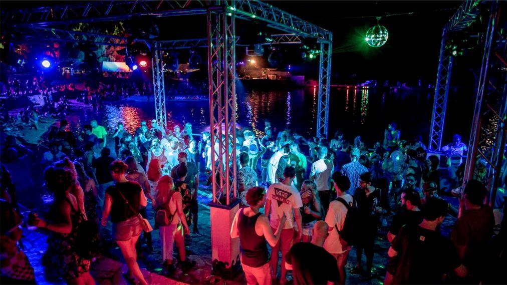 Музыкальный фестиваль Soundwave в Тисно http://travelcalendar.ru/wp-content/uploads/2016/01/Muzykalnyj-festival-Soundwave-v-Tisno_glav4.jpg