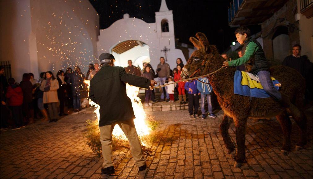Праздник огня Luminarias в Сан-Бартоломе-де-Пинарес http://travelcalendar.ru/wp-content/uploads/2016/01/Prazdnik-ognya-Luminarias-v-San-Bartolome-de-Pinares_glav3.jpg