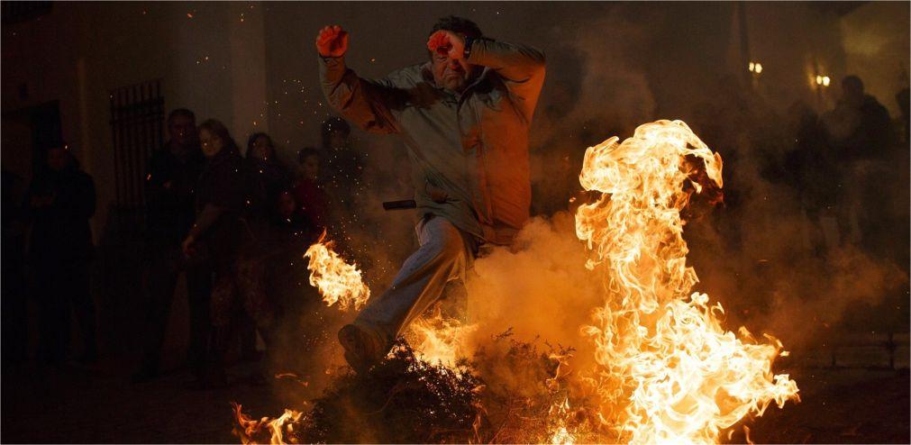 Праздник огня Luminarias в Сан-Бартоломе-де-Пинарес http://travelcalendar.ru/wp-content/uploads/2016/01/Prazdnik-ognya-Luminarias-v-San-Bartolome-de-Pinares_glav5.jpg