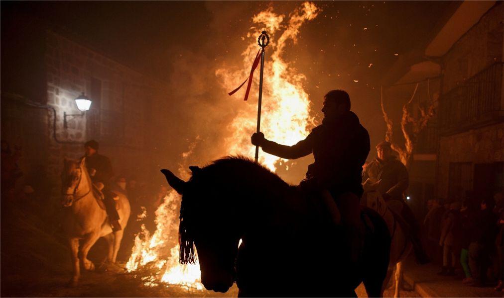 Праздник огня Luminarias в Сан-Бартоломе-де-Пинарес http://travelcalendar.ru/wp-content/uploads/2016/01/Prazdnik-ognya-Luminarias-v-San-Bartolome-de-Pinares_glav6.jpg