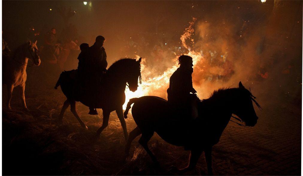 Праздник огня Luminarias в Сан-Бартоломе-де-Пинарес http://travelcalendar.ru/wp-content/uploads/2016/01/Prazdnik-ognya-Luminarias-v-San-Bartolome-de-Pinares_glav7.jpg