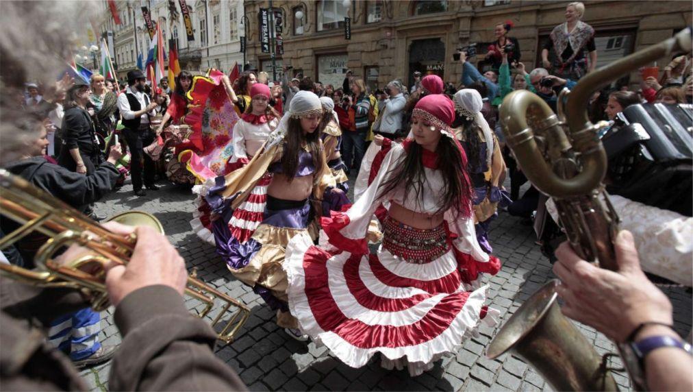 Всемирный цыганский фестиваль «Каморо» в Праге http://travelcalendar.ru/wp-content/uploads/2016/01/Vsemirnyj-tsyganskij-festival-Kamoro-v-Prage_glav4.jpg