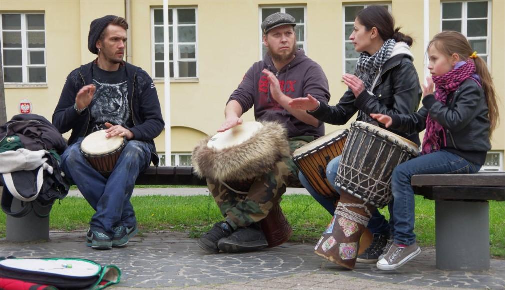 День уличной музыки в Вильнюсе http://travelcalendar.ru/wp-content/uploads/2016/02/Den-ulichnoj-muzyki-v-Vilnyuse_glav1.jpg