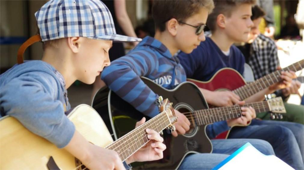 День уличной музыки в Вильнюсе http://travelcalendar.ru/wp-content/uploads/2016/02/Den-ulichnoj-muzyki-v-Vilnyuse_glav3.jpg
