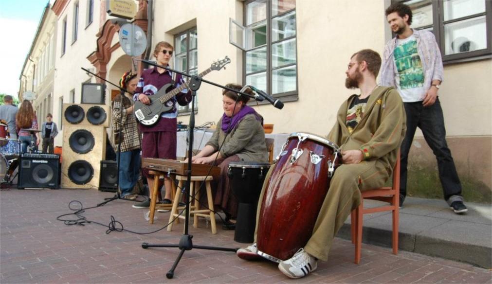 День уличной музыки в Вильнюсе http://travelcalendar.ru/wp-content/uploads/2016/02/Den-ulichnoj-muzyki-v-Vilnyuse_glav5.jpg