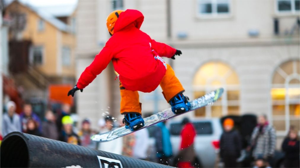 Исландские зимние игры в Акюрейри http://travelcalendar.ru/wp-content/uploads/2016/02/Zimnij-festival-Eljagangur-v-Akyurejri_glav1.jpg