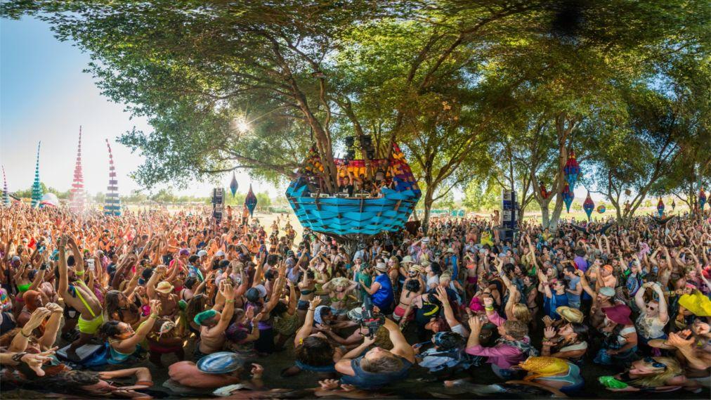 Музыкальный фестиваль «Молния в бутылке» в Калифорнии http://travelcalendar.ru/wp-content/uploads/2016/03/Muzykalnyj-festival-Molniya-v-butylke-v-Kalifornii_glav4.jpg