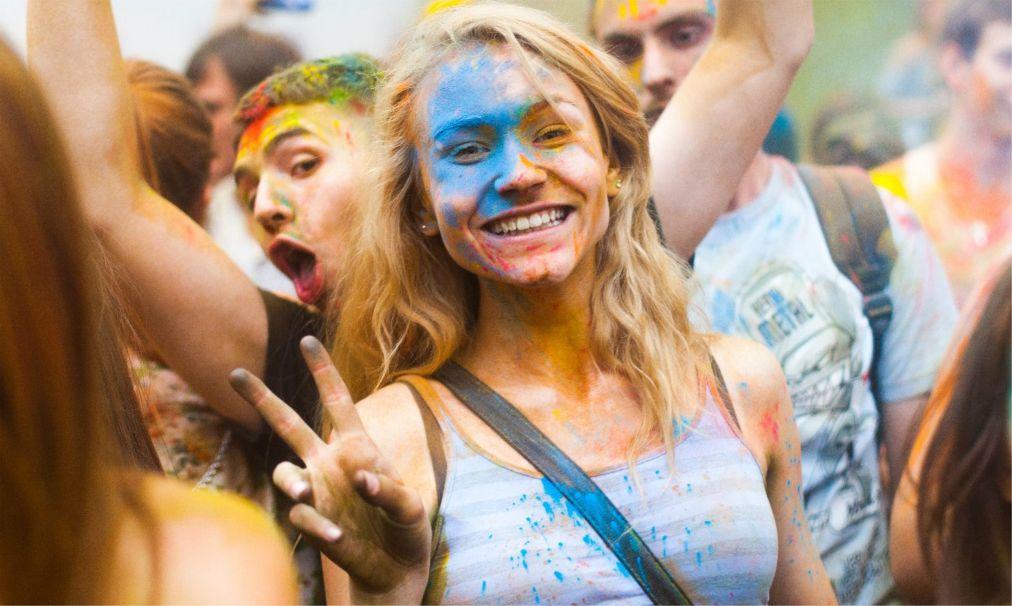 Фестиваль красок «Ирис» в Москве http://travelcalendar.ru/wp-content/uploads/2016/04/Festival-krasok-Holi-v-Moskve_glav1.jpg