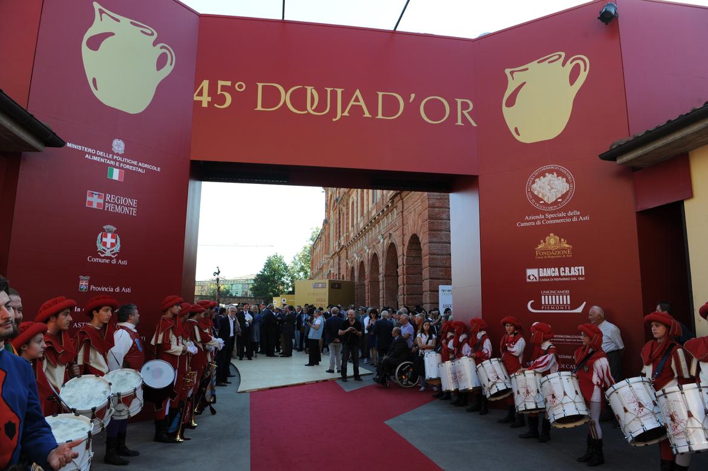 Фестиваль вина «Дуйа д'Ор» в Асти 08b63c88f3d9e46e737e6193b8dbf461.jpg