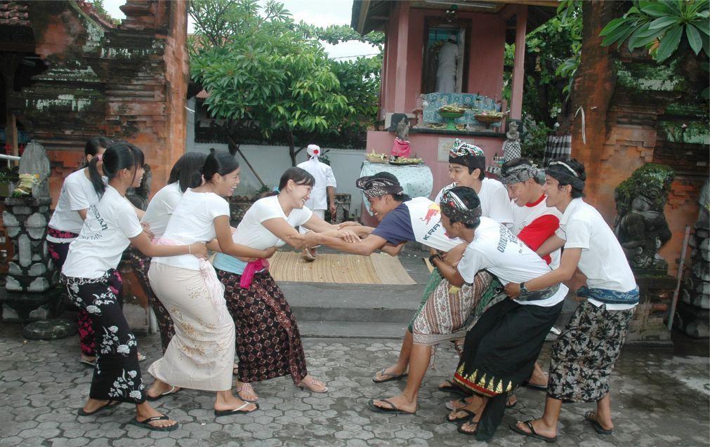 Праздник поцелуев Омед-Омедан на Бали 2876b3a2b3ae47995a1491b73a07fb1c.jpg