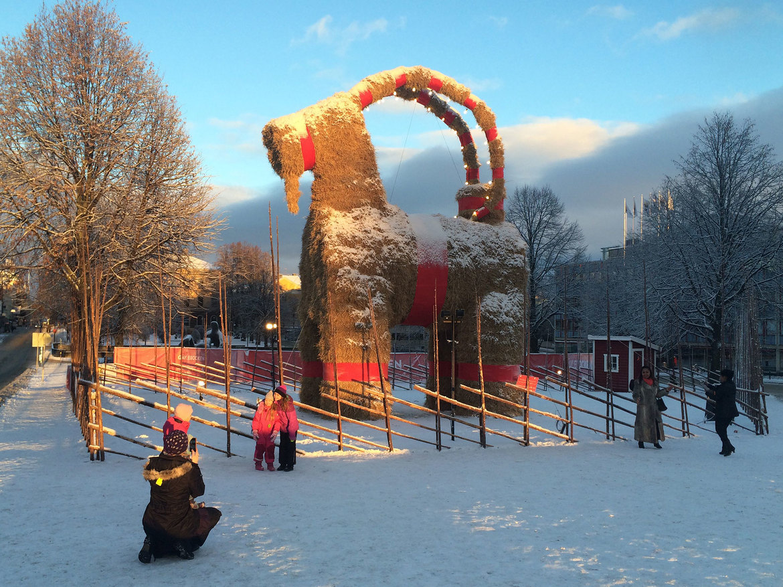 Ритуал сожжения «рождественского козла» в Евле 2a289c1fe7a5f3eb92f8c053bad7603a.jpg