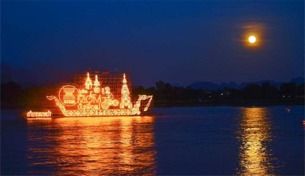 Фестиваль огненных лодок в Накхон-Пханоме 39e03aa69e56fd26479a4c73b779d75a.jpg