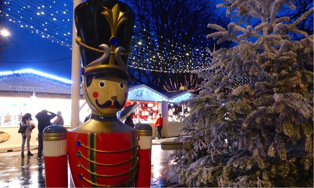 Рождественский базар на Елисейских полях 510215472f16dfa3e61e41189c57c30b.jpg