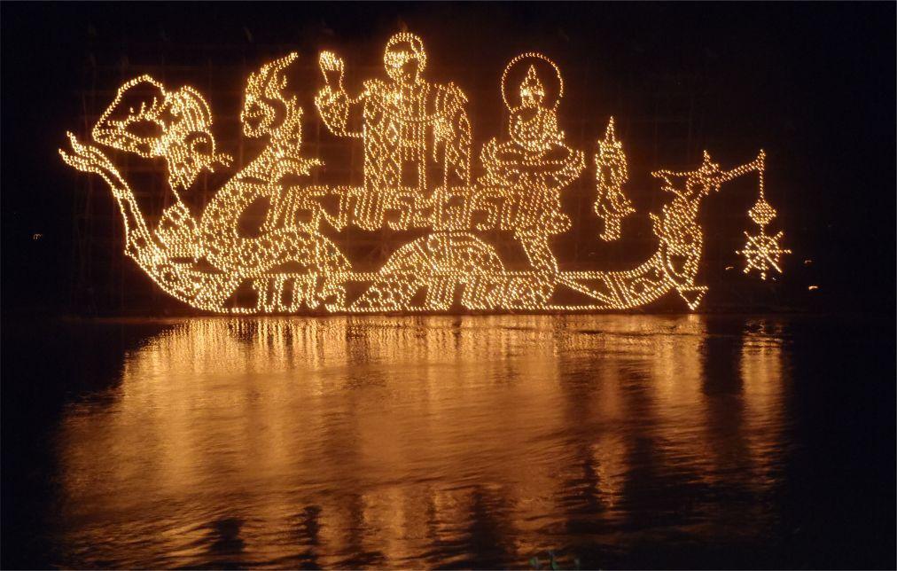 Фестиваль огненных лодок в Накхон-Пханоме 593d70eabb682975739cc5f9798f04bc.jpg