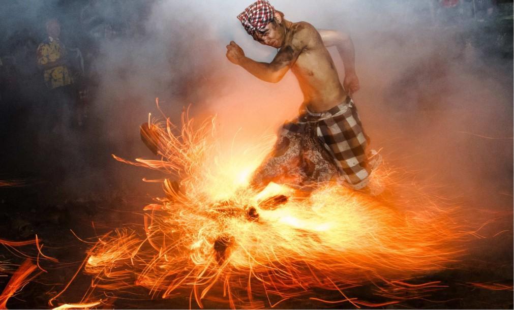 Огненный ритуал Перанг Апи на Бали 66ce1c0e3160b429f605462cde5fda74.jpg