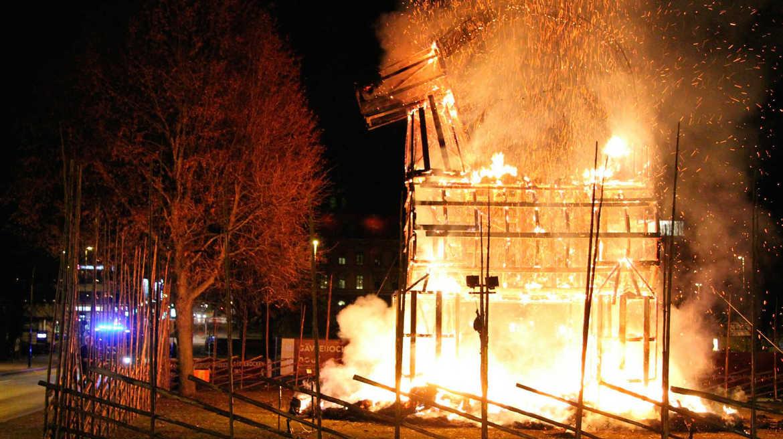 Ритуал сожжения «рождественского козла» в Евле 7bf1f9c6b28b346ca10ac1c79ae437d4.jpg