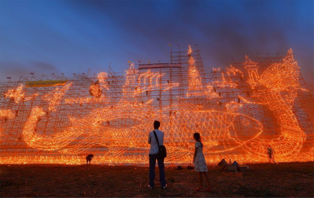 Фестиваль огненных лодок в Накхон-Пханоме 8e012513664314eff7afcea95f57b2ce.jpg