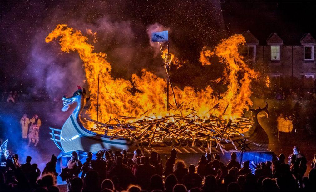 Фестиваль викингов «Up Helly Aa» в Леруике b0f0100ed1a142f1edf6c343e158cf95.jpg