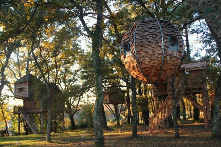 Отель из необычных домиков среди ветвей деревьев du Menoy, Юг-Пиренеи