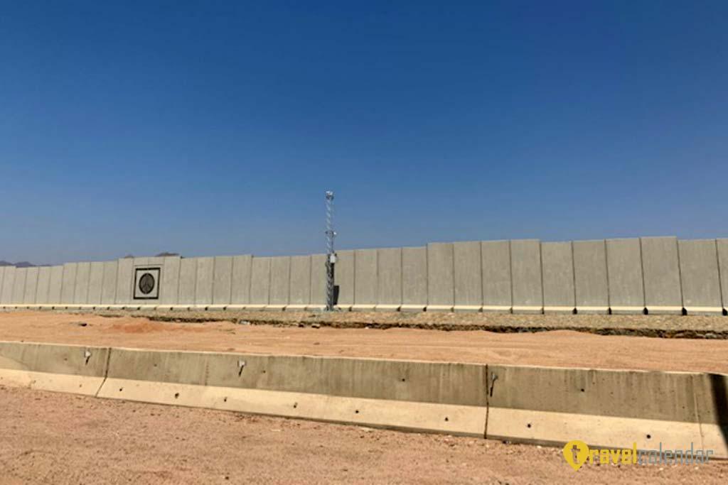 Стена из бетона и проволоки выросла вокруг популярного курорта в Египте, Синай