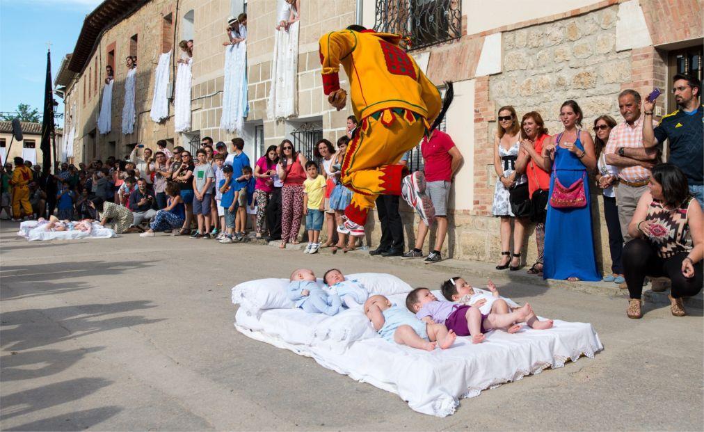 Фестиваль прыжков через младенцев «Эль Колачо» в Кастильо де Мурсии 454ea9b450e3fff20941062a120ae876.jpg